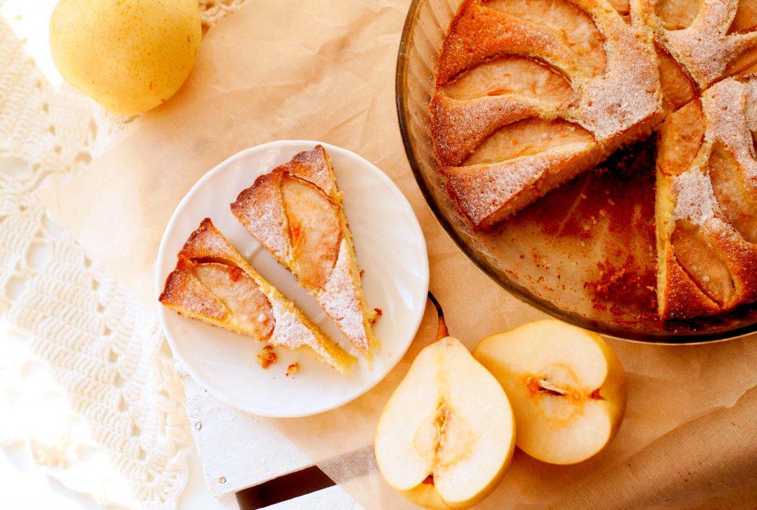 Сладкий завтрак: шарлотка с грушей и корицей