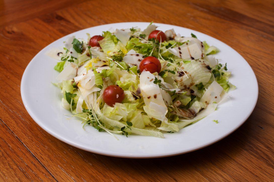 Обед, который можно поручить детям: простой салат с помидорами и сыром