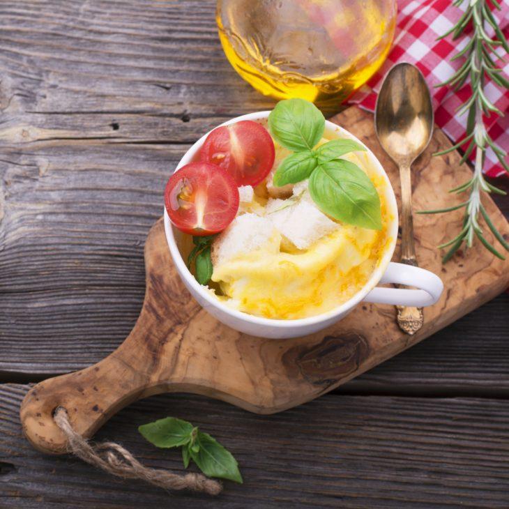 Вкусные рецепты на обед: омлет с ветчиной и сыром в микроволновке