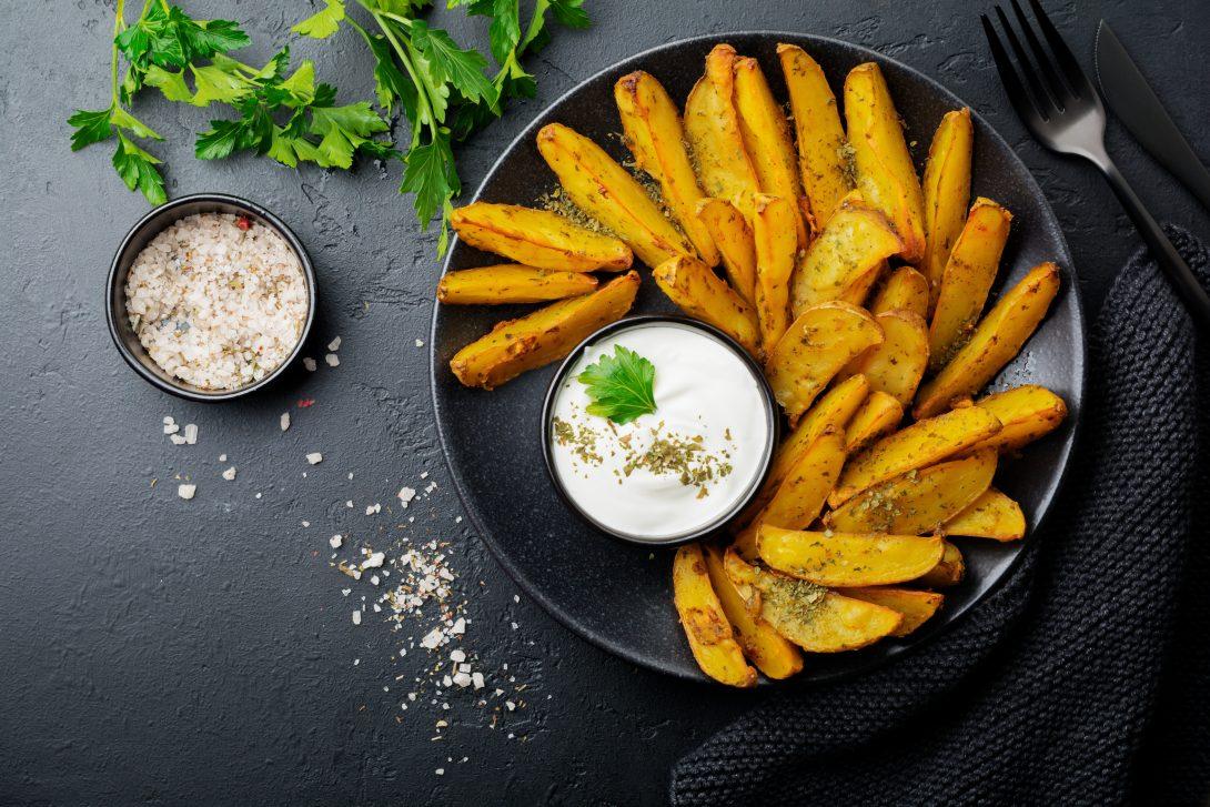Вкусные рецепты на обед: печеный картофель с готовым соусом