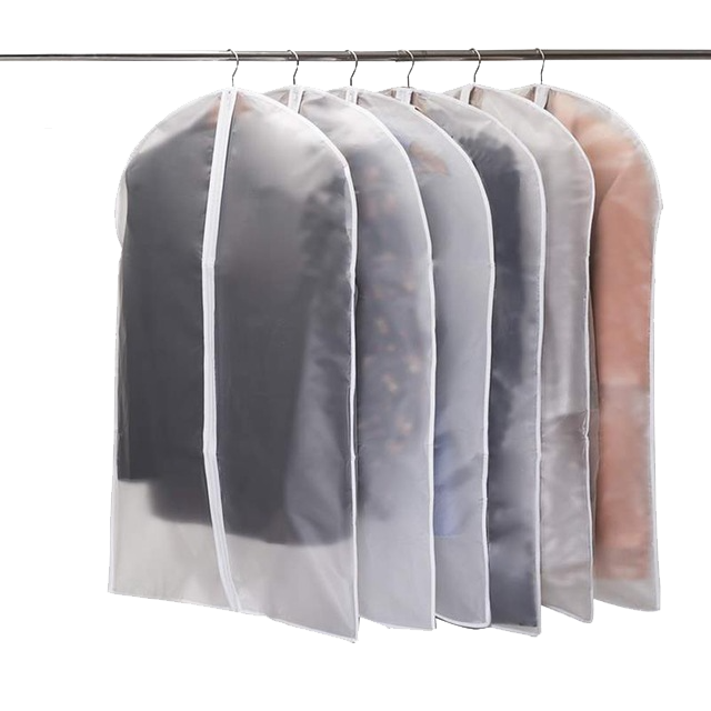 Как хранить зимнюю одежду: чехлы для верхней одежды