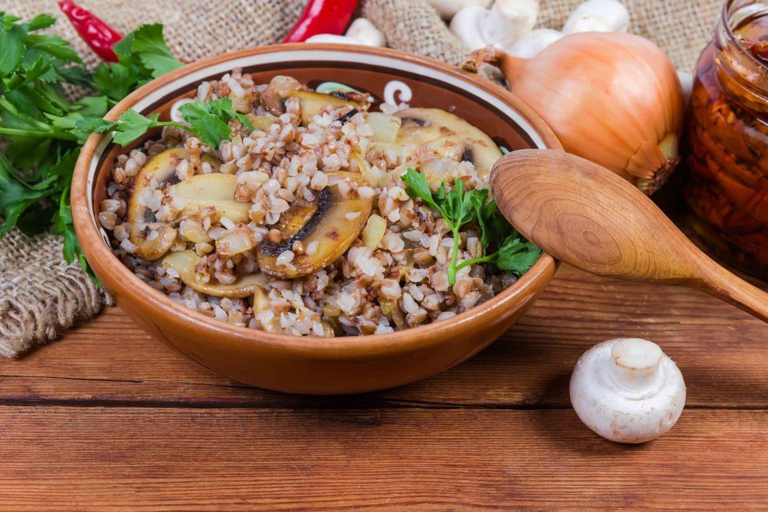 Рецепты вкусных завтраков: гречневая каша с грибами