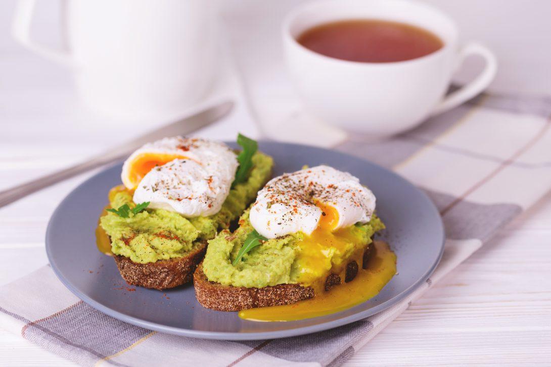 Рецепты быстрых завтраков: тост с яйцом-пашот, авокадо и рубленой зеленью