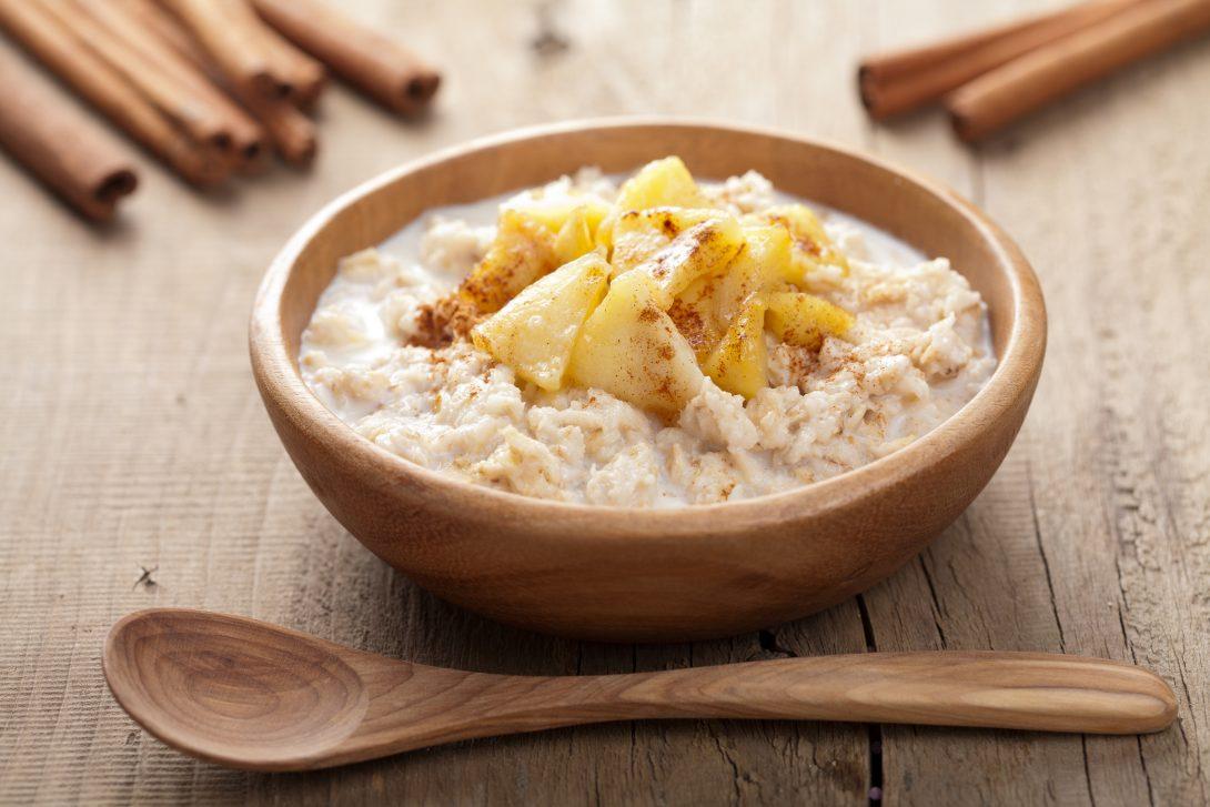 Простые рецепты завтраков: овсянка с яблоком и ломтик сыра