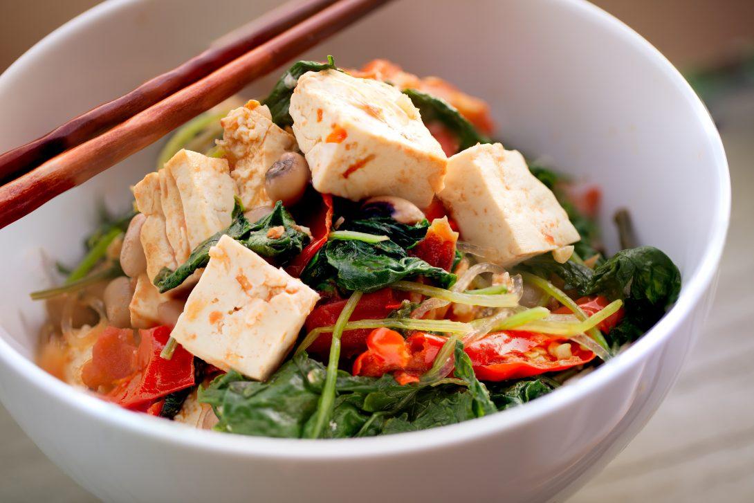 Веганские рецепты: салат с жареным тофу