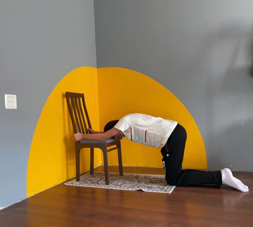 Упражнение для спины со стулом