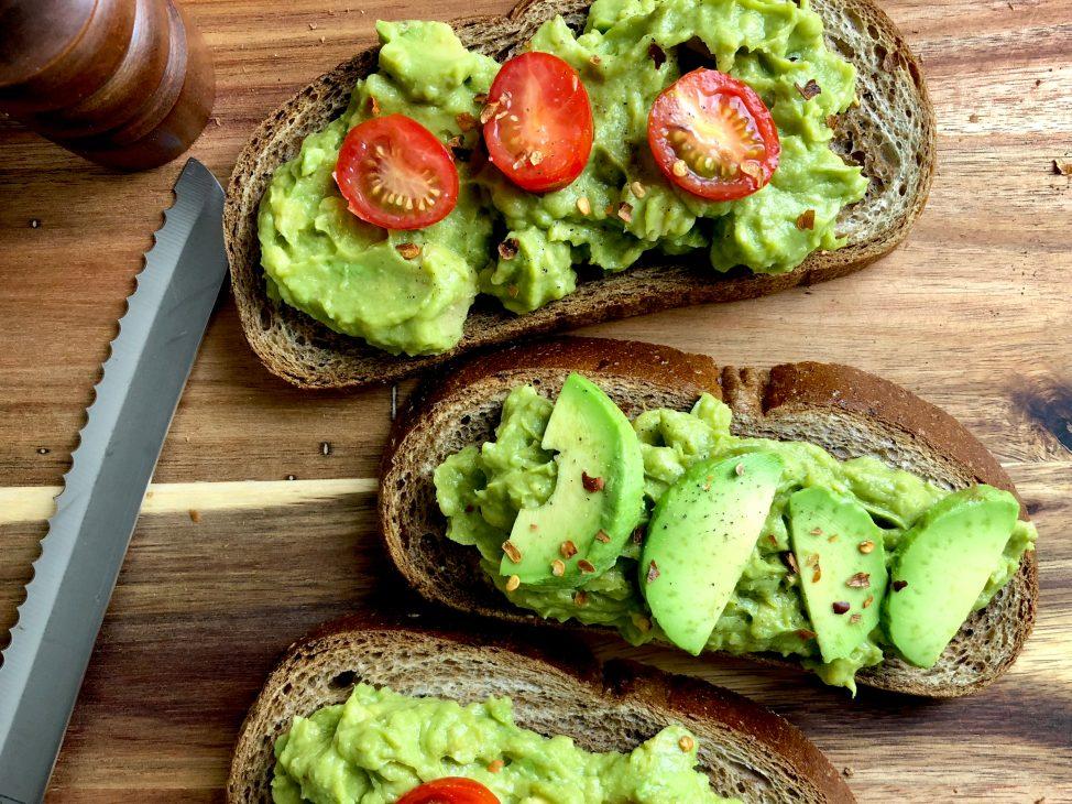 Сытные быстрые завтраки: тост с авокадо и черри