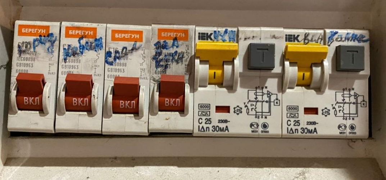 Как экономить на электроэнергии с помощью отдельного автомата для холодильника в щитке