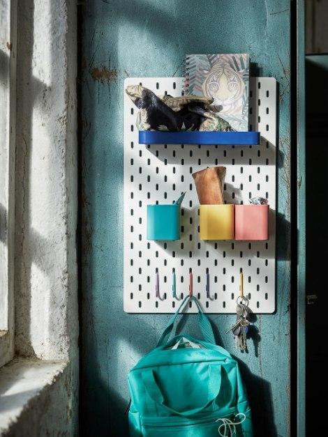 Как обустроить комнату для ребенка с ДЦП: перфорированная панель из Икеи за 900 рублей, на которую можно повесить стаканчики с карандашами