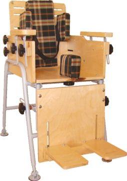 Стул для занятий за 31 000 рублей регулируется по глубине сиденья, высоте и наклону спинки, подлокотников и подножки. Он оснащен страховочными ремнями и валиком для разведения ног