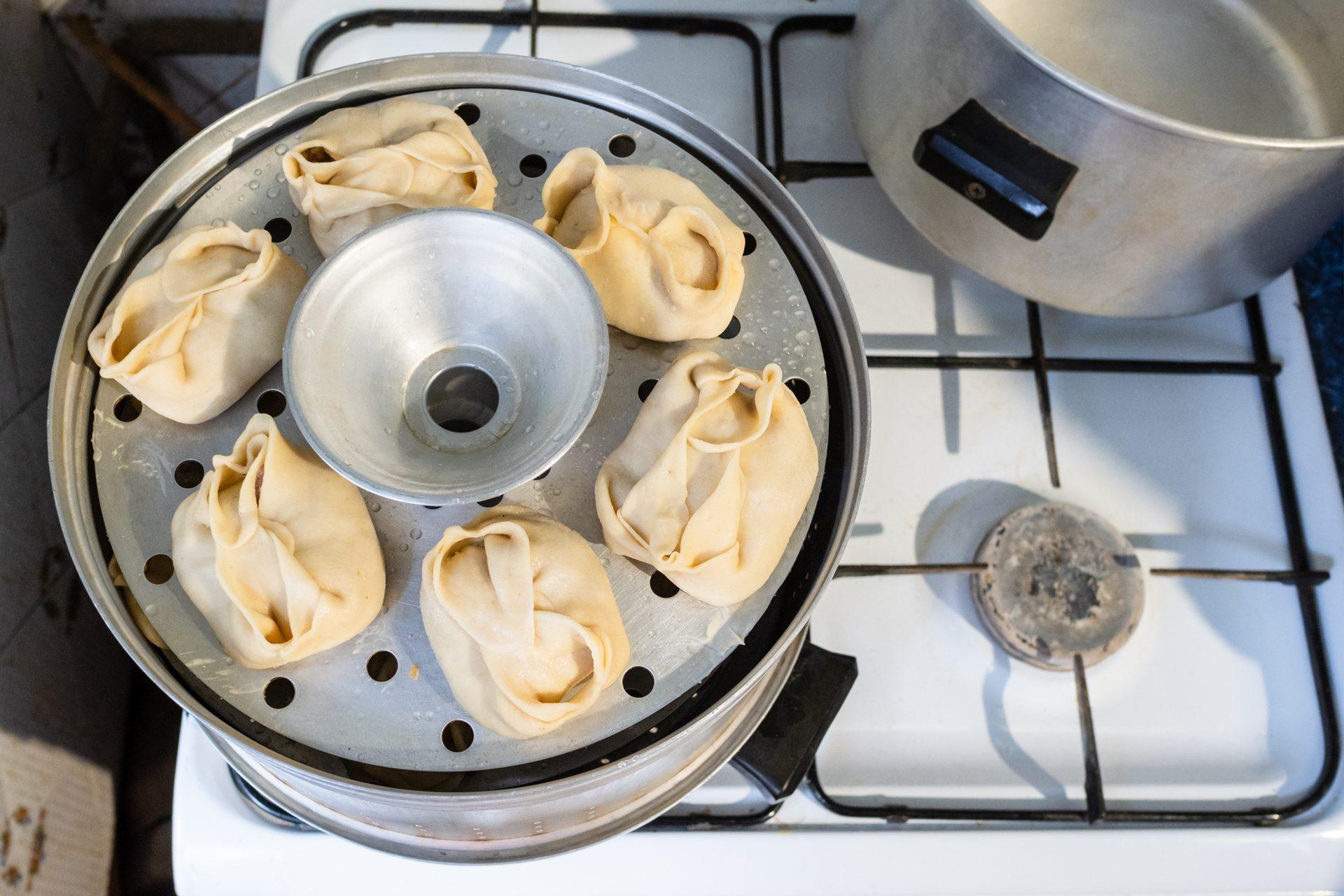 Способы приготовления блюд: варка на пару: в нижней части мантоварки кипящая вода, пар от которой поднимается в вверх и доводит манты до готовности