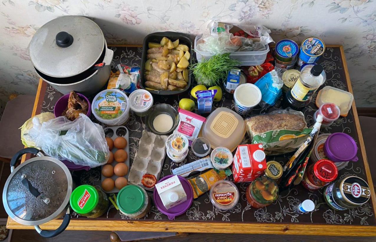 Как навести порядок в холодильнике. Кроме еды в холодильнике нашлись: банки с рассолом, соусы из доставки роллов, подложка от яиц, остатки молока в чашке и пакеты-пакеты-пакеты