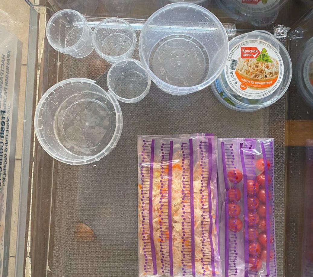 Протрем полки холодильника и начнем разбирать еду