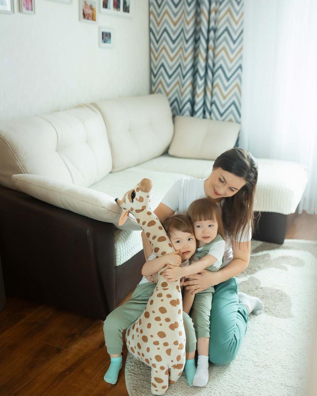 Красивые детали домашней фотосессии: семейные фотографии на стенах, любимая игрушка, яркие шторы. Видно, что люди действительно тут живут и это не вылизанная студия с идеальным порядком.