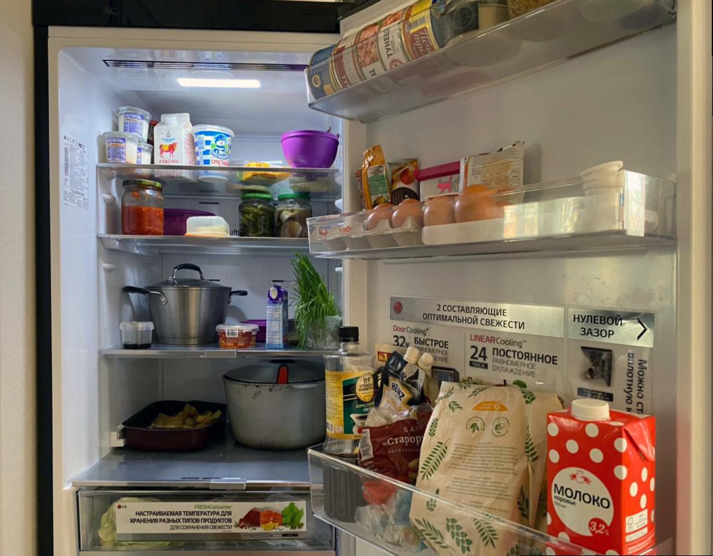 Как навести порядок в холодильнике: молоко и яйца хранятся неправильно, готовая еда в кастрюлях занимает много места, в соусах бардак
