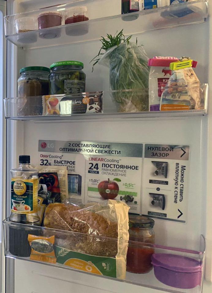 В дверце холодильника складываем соусы, хлеб, открытые соленья, кошачью еду и зелень, лекарства