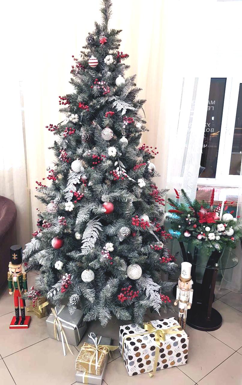 елка с разноцветными шарами и красным акцентом