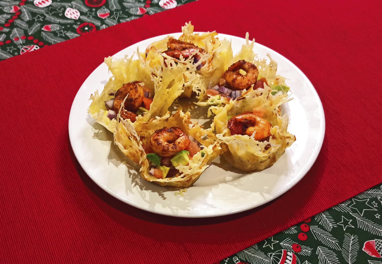 Быстрые новогодние закуски: салат с креветками в сырных корзинках