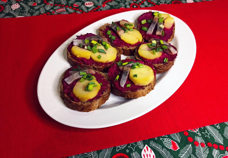 Простые новогодние закуски: бутерброды с селедкой и свеклой