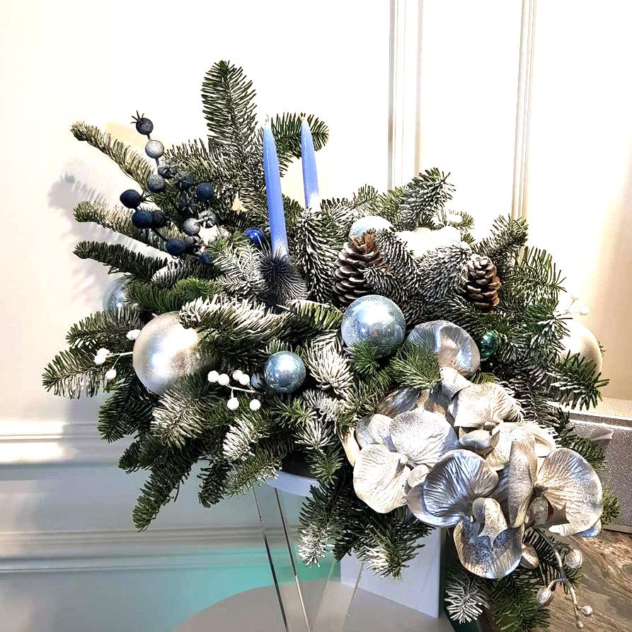 новогодняя композиция из еловых ветвей, шишек и шариков на праздничный стол